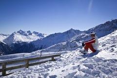 Młoda kobieta cieszy się narciarstwo Obraz Royalty Free
