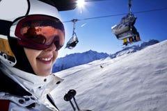 Młoda kobieta cieszy się narciarstwo Obrazy Royalty Free