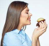 Młoda kobieta cieszy się odór ciastka z zamkniętymi oczami obraz stock