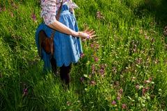 Młoda kobieta cieszy się słonecznego dzień w polu Obrazy Royalty Free