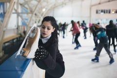 Młoda kobieta cieszy się w lodowy scating zdjęcia royalty free