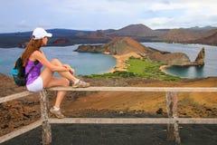 Młoda kobieta cieszy się widok pinakiel skała na Bartolome isla Zdjęcie Royalty Free