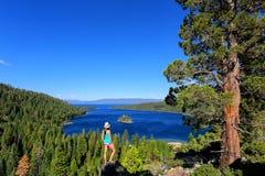 Młoda kobieta cieszy się widok szmaragd zatoka przy Jeziornym Tahoe, Cal fotografia stock