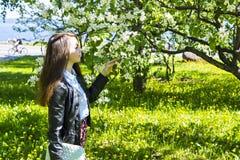Młoda kobieta cieszy się woń jabłoń obraz stock