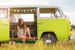 Młoda kobieta cieszy się wycieczkę samochodową obrazy royalty free