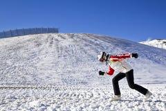 Młoda kobieta cieszy się zima sporty Obraz Stock