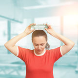 Młoda kobieta cool w dół po tym jak trening z zimnej wody butelką oczy Obraz Royalty Free