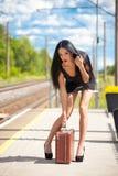Młoda kobieta czeka pociąg Fotografia Stock