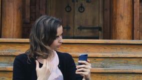 Młoda kobieta czesze jej włosy dla selfie zbiory