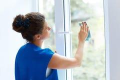 Młoda Kobieta czyści nadokiennego szkło Cleaning Firma pracownik zdjęcia stock