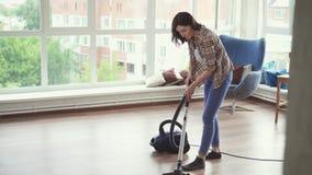 Młoda kobieta czyści z próżniowym cleaner zbiory wideo