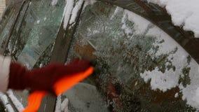 Młoda kobieta czysty samochód po śnieżnej burzy z cykliną zbiory wideo