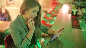 Młoda kobieta czyta cyfrową pastylkę zbiory