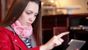 Młoda kobieta czyta cyfrową pastylkę zdjęcie wideo