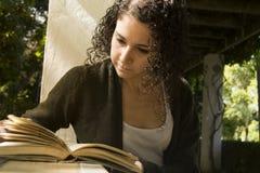 Młoda kobieta czyta książkę w jesieni Fotografia Royalty Free