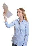 Młoda kobieta czyta list z dobre'em wieści Fotografia Stock