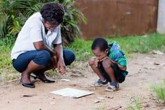 Młoda kobieta czyta mapę z jej dzieckiem Zdjęcia Royalty Free