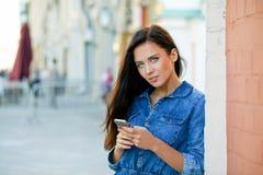 Młoda kobieta czyta wiadomość na telefonie Obraz Royalty Free