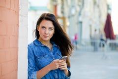 Młoda kobieta czyta wiadomość na telefonie Obraz Stock