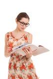Młoda kobieta czytelniczy magazyn obraz stock