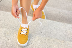 Młoda kobieta deskorolkarz wiąże shoelace Fotografia Royalty Free