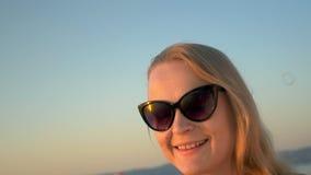 Młoda Kobieta Dmucha Mydlanych bąble w okularach przeciwsłonecznych zdjęcie wideo