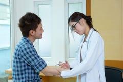 Młoda kobieta doktorski daje męski cierpliwy zastrzyk Obraz Royalty Free