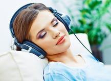 Młoda kobieta domowy portret Sypialna dziewczyna z hełmofonami Zdjęcie Royalty Free