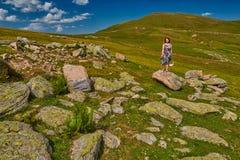 Młoda kobieta dostaje inspirację wysoka w górach Zdjęcia Royalty Free
