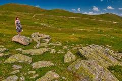 Młoda kobieta dostaje inspirację wysoka w górach Zdjęcie Royalty Free