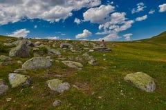 Młoda kobieta dostaje inspirację wysoka w górach Fotografia Royalty Free