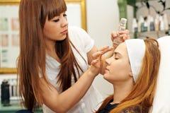 Młoda kobieta dostaje pięknego makeup Zdjęcie Stock