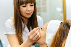 Młoda kobieta dostaje pięknego makeup Obrazy Royalty Free