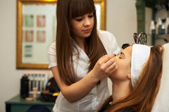 Młoda kobieta dostaje pięknego makeup Zdjęcia Royalty Free