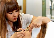 Młoda kobieta dostaje pięknego makeup Obraz Royalty Free