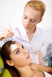 Młoda kobieta dostaje piękno skóry maski traktowanie na jej twarzy z Zdjęcie Stock