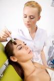 Młoda kobieta dostaje piękno skóry maski traktowanie na jej twarzy z Obraz Royalty Free