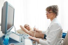 Młoda kobieta dostaje pierś ultradźwięku skanerowanie Fotografia Stock