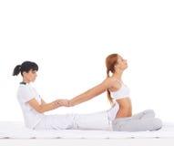 Młoda kobieta dostaje tradycyjnego Tajlandzkiego masaż Fotografia Stock