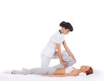 Młoda kobieta dostaje tradycyjnego Tajlandzkiego masaż Fotografia Royalty Free