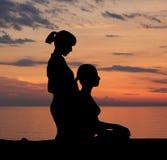 Młoda kobieta dostaje tradycyjnego tajlandzkiego rozciąganie masaż thera fotografia royalty free