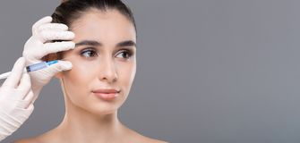 Młoda kobieta dostaje twarzowego piękno zastrzyka, panorama zdjęcia stock
