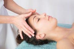 młoda kobieta dostaje zdroju traktowaniu przy piękno salonem zdrój twarzy piękna traktowania twarzowego masaż w salonie fotografia royalty free