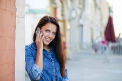 Młoda kobieta dzwoni telefonem Obrazy Stock
