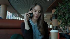 Młoda kobieta dzwoni z komórka telefonem zbiory wideo