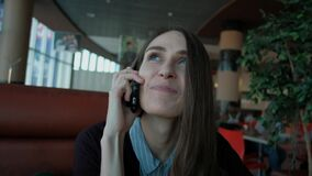Młoda kobieta dzwoni z komórka telefonem zbiory