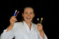 Młoda kobieta egzamininuje próbne tubki zdjęcie royalty free
