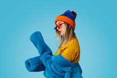 Młoda kobieta egzamininuje rękawy futerkowy żakiet obrazy stock