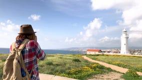 Młoda kobieta fachowy fotograf bierze obrazki latarnia morska zbiory wideo