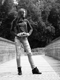 Młoda kobieta fotograf outdoors Zdjęcie Royalty Free